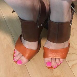 Vince Camuto orange and brown platform sandals 👡
